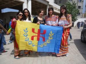 Des militantes du MAK avec le drapeau kabyle