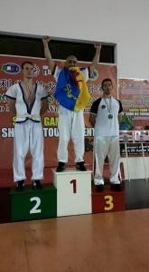 Il remporte la médaille d'or et arbore le drapeau de la Kabylie dans Actualité hh-165x300